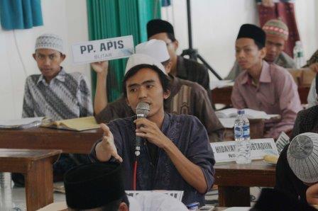 Salah satu delegasi dari PP. Asrama Perguruan Islam (APIS) sedang mengajukan diri untuk menjawab pertanyaan di BMW yang ke-47.