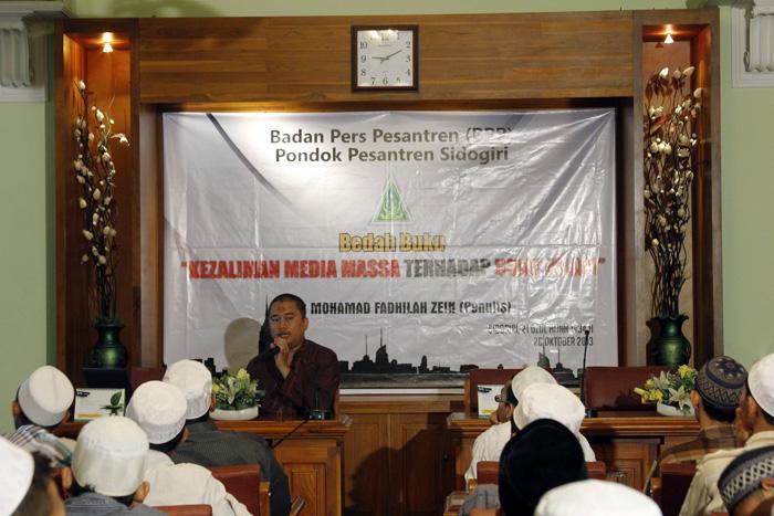 """Muhammad Fadhilah Zein, penulis buku, """"Kezaliman Media Massa Terhadap Umat Islam."""" di depan ratusan santri PPS."""