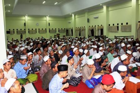 Khusu': acara tauiyah ditutup dengan doa dari KH. Azizi Hasbulloh