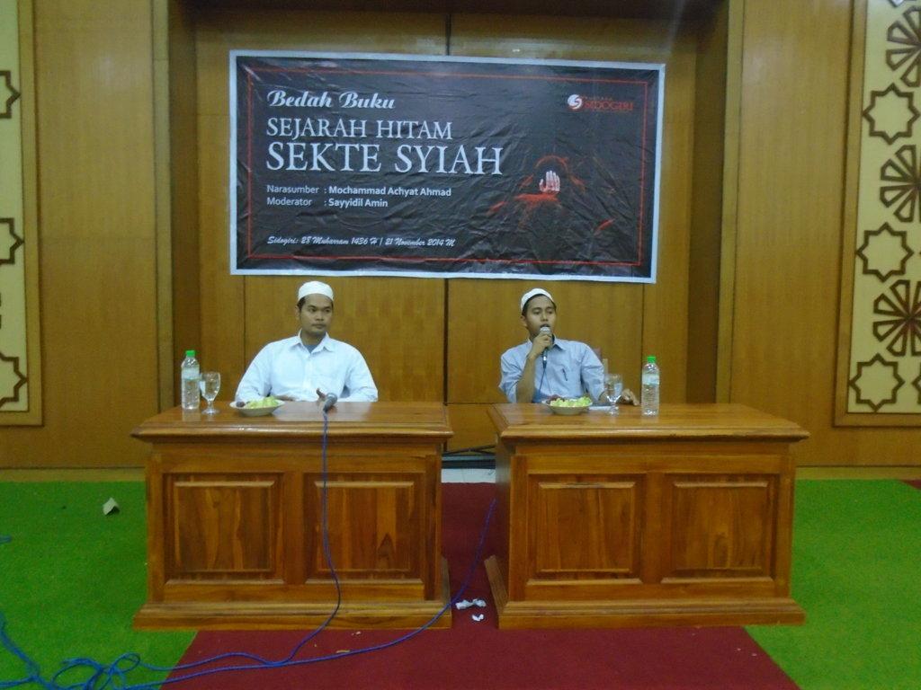 Ust. Mohammad Achyat Ahmad dengan dibarengi Syaidil Amin sebegai moderator dalam sesi diskusi terkait Syiah