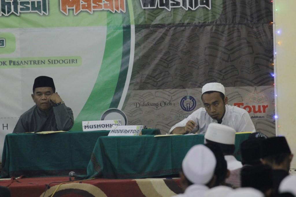 Fokus: tampak mushahhih KH. Musyaffak Bishri dan modirator Ust. Alil Wafa menyimak penjelasan salah satu anggota musyawarah BMW ke-49