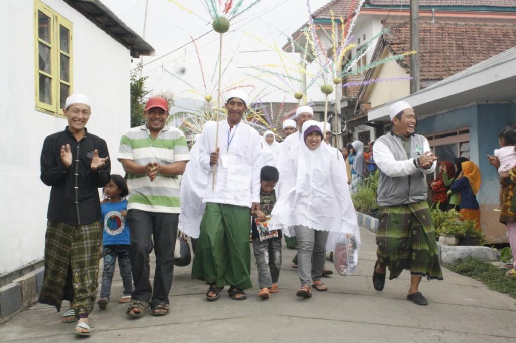 Para pasutri nikah masal sumringah mengikuti karakan di  Sekitar desa Kayukebek Tutur Pasuruan