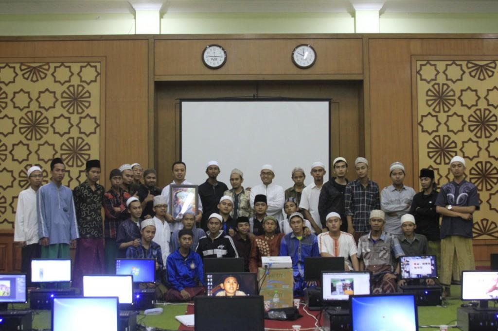 Arif Budiman berfose para desainer Pondok Pesantren Sidigiri