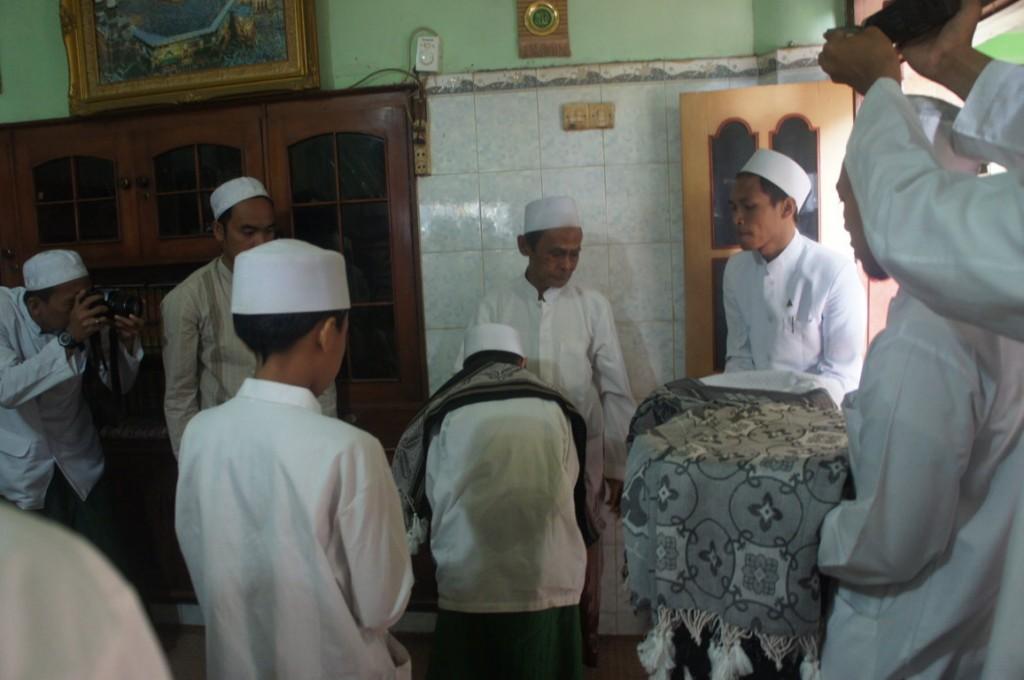 Prosesi penyematan surban kepada Wisudawan Istimewa oleh Hadratus Syaikh Kiai Nawawi Abd. Jalil
