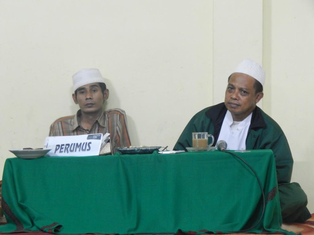 Ust. M Aminullah Mazid dan Ust. H. Baihaqi Juri sedang menyimak ulasan salah satu peserta musyawarah