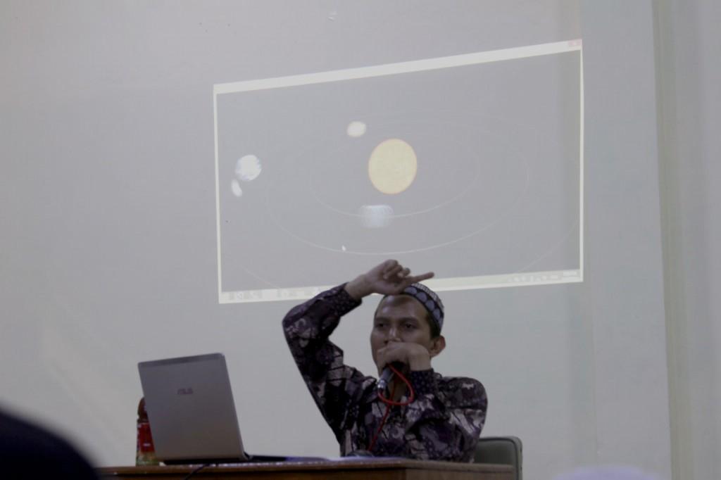 Gus Thalhah Ma'ruf saat menyampaikan presentasi di depan ratusan peserta kursus
