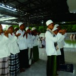 Suasana peserta sedang mempraktekkan cara qunut di Masjid Lt.III.