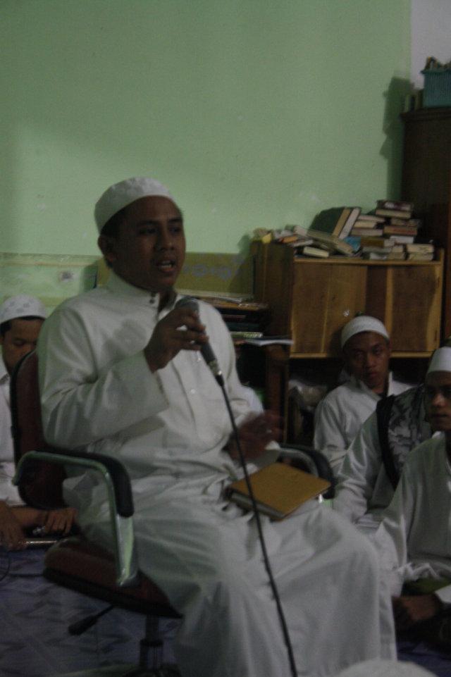 Muhammad Bahri saat memberikan motivasi bahasa kepada santri Asrama    K di mushalla asrama