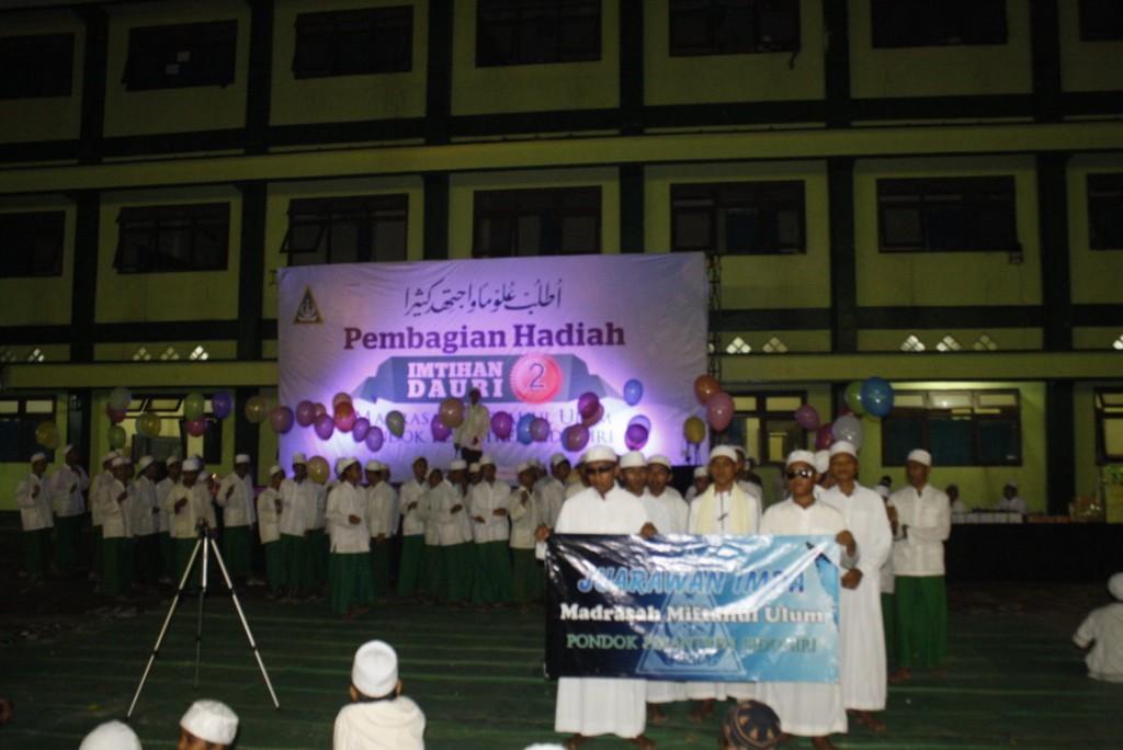 Iring-iringan para juarawan ujian kedua Madrasah Miftahul Ulum Pondok Pesantren Sidogiri