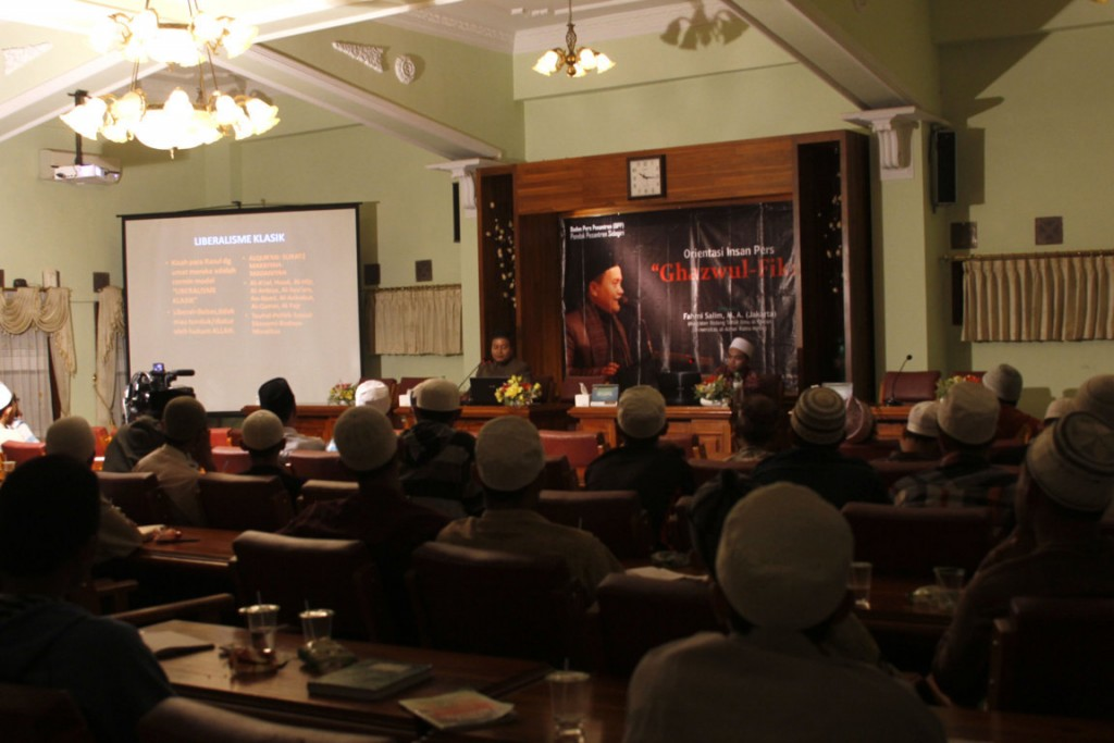 Khidmat: peserta diskusi terlihat serius mendengarkan pemaparan Fahmi Salim, M.A