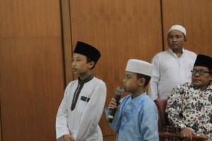 Dua bocah cilik Murid Tarbiyah I'dadiyah sedang mendemontrasikan baca kitab Fathul Qorib di hadapan para tamu