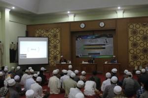 Ustadz M. Masyhuri Mochtar bersama Ustadz Moh Achyat Ahmad mengulas buku Dinamika Kitab Kuning di Pesantran
