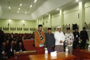 Ust. A.H. Saifullah Naji, Sekertaris Umum Pondok Pesantren Sidogiri (berbaju putih) menyambut para tamu