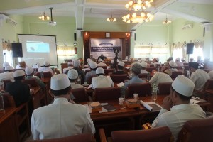 Ratusan Keluarga dan Guru Pondok Pesantren Sidogiri memadati ruang Auditorium mengikuti seminar ilmiah Syaih Husni Ginting