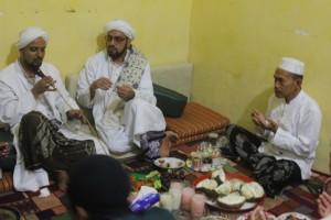 Habib Abdullah bin Abdurrahman, tampak sangat akrap sekali bersama Habib Taufik As-Segap dan keluarga Pondok Pesantren Sidogiri