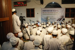 Prof. KH. Basori Alwi mentalaqi bacaan Al-Quran dihadapan mutaalim wusta.