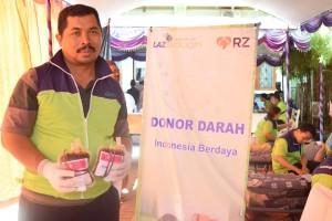 Djawadi, Kepala Bagian Unit Donor Darah (UDD) PMI Mojokerto mengemasi kantong darah yang telah dihasilkan