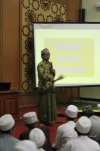 Ust. Abdul Qodir Mahrus S.Sos memaparkan kiat-kiat menjadi Da'i Profesional