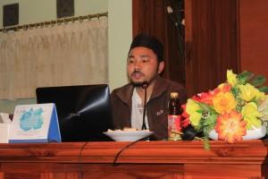 """Ust. Ahmad Dairobi menyampaikan makalahnya yang berjudul """"Akhirnya jadi Editor"""