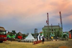 Siap-siap: Persiapan menjelang berlangsungnya acara Sidogiri Bersholawat di lapangan Sidogiri
