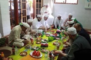 Rombongan peserta ICIS di dalem KH. A. Nawawi Abd. Djalil, Pengasuh Pondok Pesantren Sidogiri