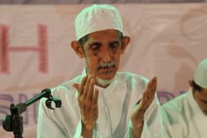 Khusu': Habib Husain bin Abdullah as-Segaf saat memimpin doa di penghujung acara