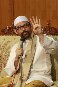Tegas : KH. Lutfi Bashori menyampaikan argumentasinya dalam diskusi ilmiah yang diikuti oleh santri senior Pondok Pesantren Sidogiri