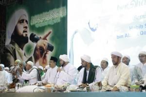 Gus Ipul (memakai kopyah hitam) sedang menemani Habib Syech tampil di acara Sidogiri Bershalawat