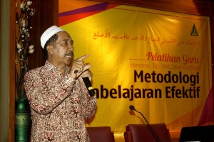 Drs. HM. Jailani Abdillah selaku pemateri saat menyampaikan materinya