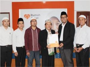 MH Masykuri Abdurahman bersama Ilham Wahyudi dari LAZ Sidogiri dalam penanda tanganan MOU dengan Rumah Zakat cabang Mataram