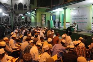 Khidmad: Para alumni PPS wilayah Pasuruan menyimak pengajian kitab fathul muin yang dibacakan oleh KH. Hasbubullah Mun'in Khalili