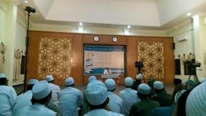 Khidmad: Segenap Staf Pengajar Madrasah Miftahul Ulum menyimak pemaparan Habib Segaf bin Hasan Baharun