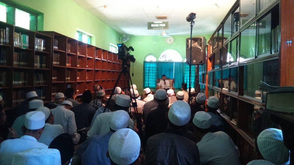 Para Pemustaka Perpustakaan membludak menghadiri acara Konsultan Non Reguler yang dihadari Ust. Idrus Ramli sebagai konsultan