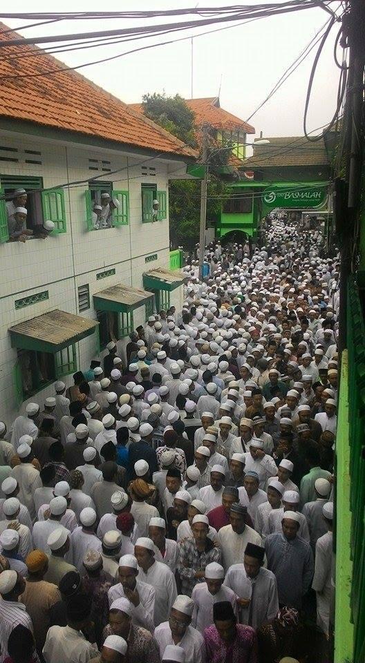 Berjubel: Belasan ribu takziyah alm. Mas Muhammad Kholil Rahman Abd. Alim berjubel memadati jalan utama Pondok Pesantren Sidogiri