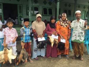Teduh: Relawan LAZ Sidogiri menyerahkan ayam kampung kepada para mustahik yang terletak di wilayah Bangkalan