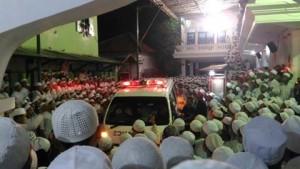 Ribuan santri berkerumun memberikan penghormatan terakhir kepada Abdul Qodir al-Jilani