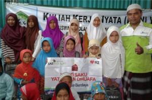 Sumringah: Para yatim bersama Branch Manager LAZ Sidogiri Bali, HM. Imam Musleh