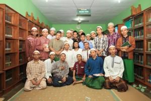 Awak redaksi media PPS berpose bersama Kang Ube (tengah bersonggkok hitam) Fotografer Jawa Pos Radar Bromo