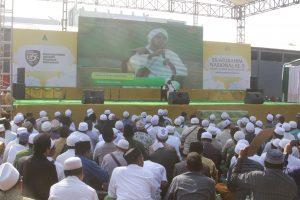Khidmat: Belasan ribu alumni dari berbagai wilayah menyimak mauidhoh dari Habib Taufik bin Abdul Qodir As Segaf