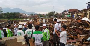 Prihatin: TIM Peduli Bencana LAZ Sidogiri Jabodetabek dan Relawan FPI di lokasi kerusakan akibat banjir bandang Garut.