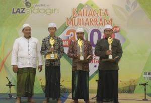 Bangga: Para Koordinator Grup Al Banjari yang berhasil mengondol tropi penghargaan sebagai juarawan