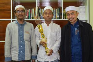 Bangga; Fuad Abdul Wafi diapit oleh Ust. Muntahal Hadi, Derektur ACS dan Ust. Idrus Romli, Dewan Pakar Annajah Center Sidogiri
