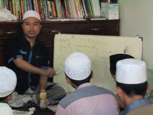 Muh Kurdi Arifin, Wakil II BPP, saat mengisi teknik menulis berita pada para peserta.