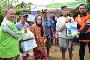 Relawan LAZ Sidogiri bersama BAZNAS Jatim mengulurkan sumbangan sembako terhadap korban banjir yang menimpa kawasan Baji Pasuruan