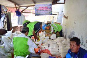 Berjibaku: Relawan mendistribukan sembako di Posko tanggap bencana LAZ Sidogiri
