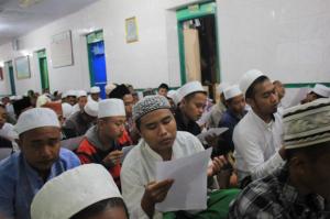 Khusuk; Segenap santri Sidogiri membaca Hizb Nashr sebanyak 41 kali