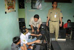 Ilustrasi: Siswa pengunjung warnet dengan berseragam sekolah disergap pihak sekolah