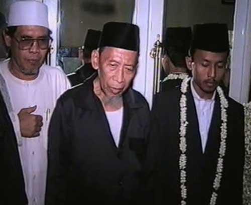 KH. Hasani Nawawie merupakan salah satu Uswah bagi santri dalam menjaga kesempurnaan shalat