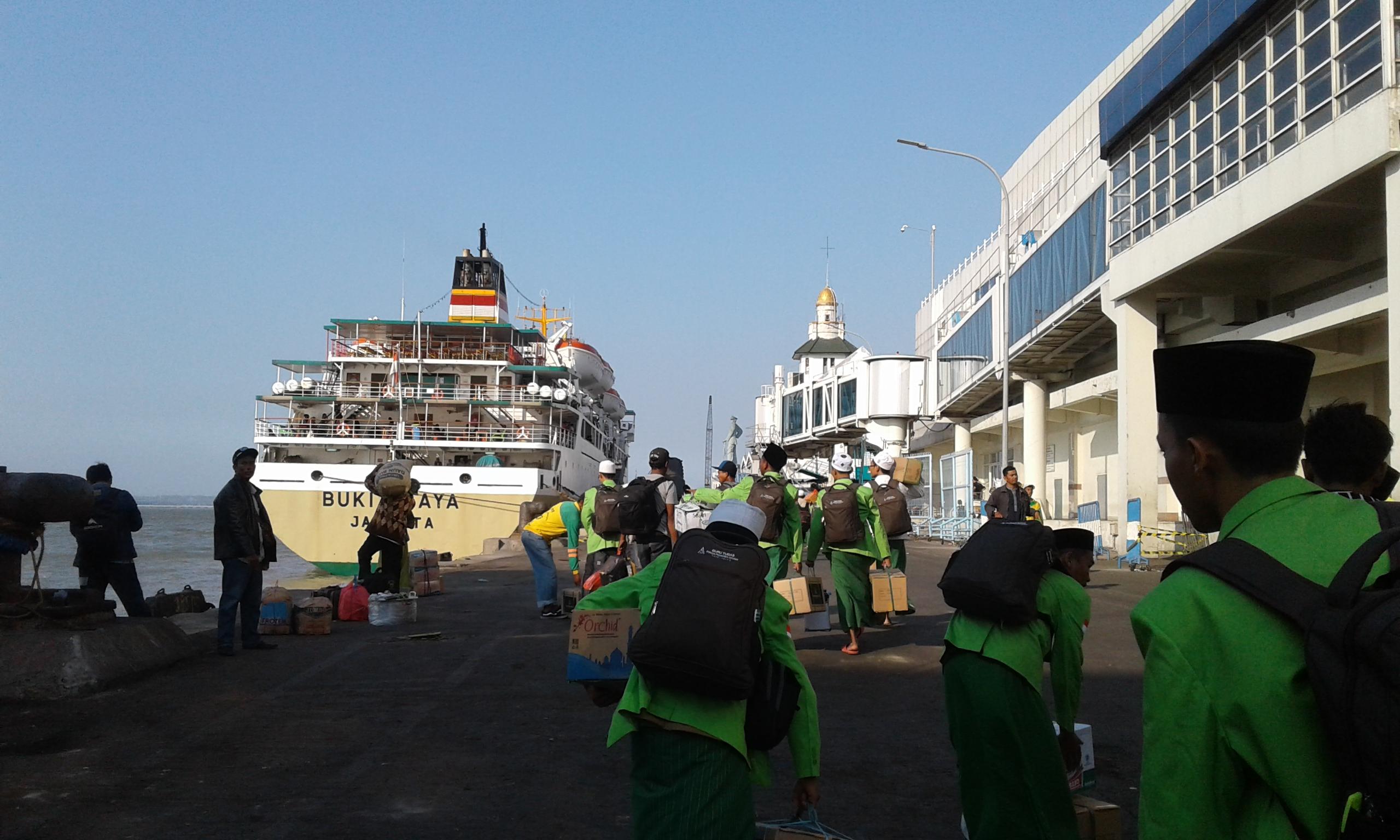 Tadi sore, Guru tugas Sidogiri wilayah Kalimantan Barat, sedang menuju ke kapalnya.