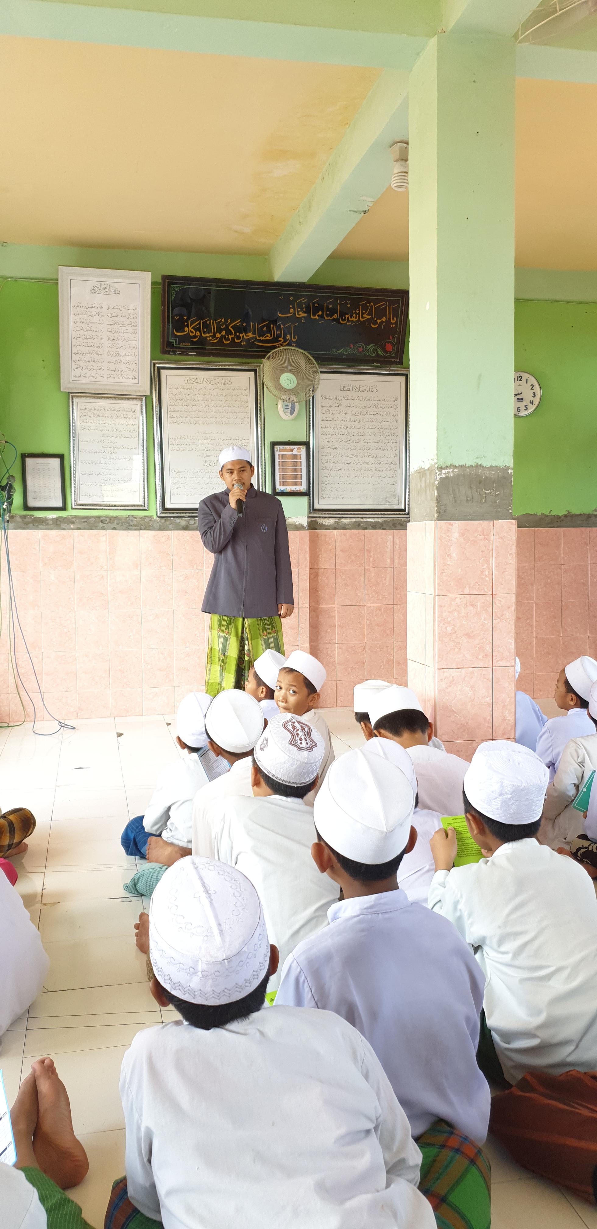 Suasana Pembinaan Pendidikan Shalat oleh Pengurus Ubudiyah